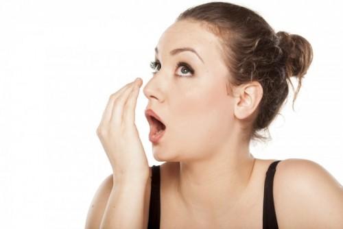 Làm gì khi hôi miệng, nước bọt có lẫn máu?