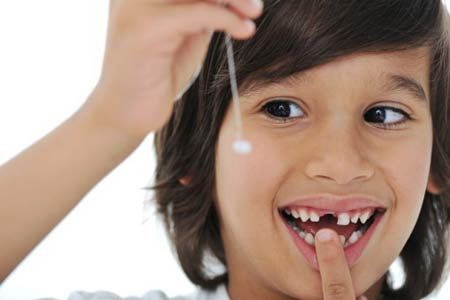Có nên nhổ răng sữa lung lay sớm hay không?