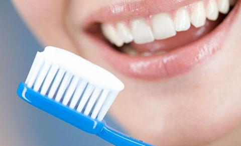 Bác sĩ nha khoa tư vấn: Có nên chải răng ngay sau khi ăn không?