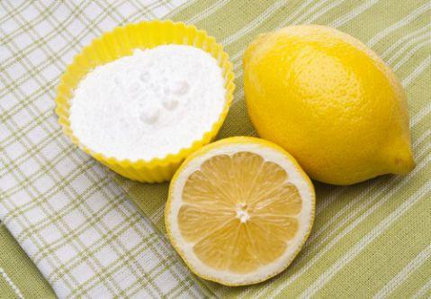 Cách làm trắng răng bằng baking soda và chanh